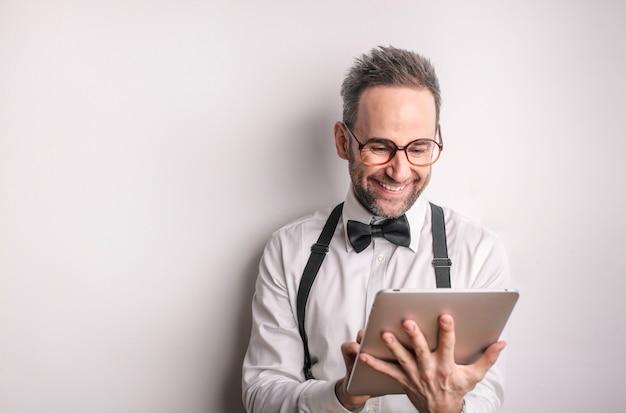 Homme heureux en utilisant une tablette Photo Premium