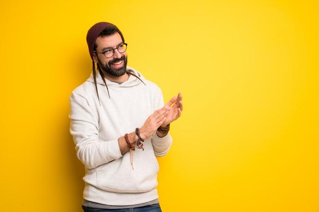Homme hippie avec des dreadlocks applaudissant après la présentation à une conférence Photo Premium