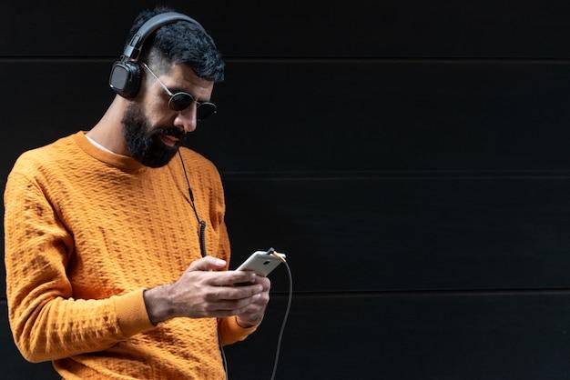 Homme hipster écoutant de la musique sur un casque Photo Premium