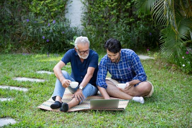 Homme Et Homme âgé à L'aide D'un Ordinateur Photo Premium