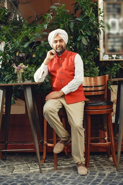 Homme Indien Dans Une Ville. Mâle Dans Un Turban Traditionnel. Hindouiste Dans Une Ville D'été. Photo gratuit