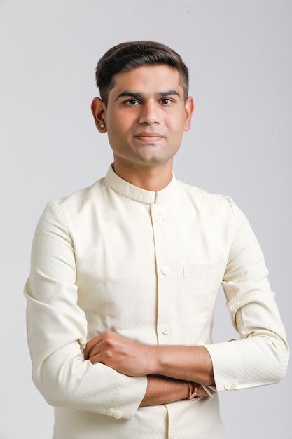 Homme Indien En Vêtements Ethniques Et Debout Sur Blanc Photo Premium