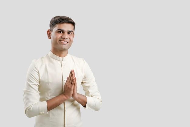 Homme Indien En Vêtements Ethniques Et Montrant Un Geste De Bienvenue Isolé Sur Blanc Photo Premium