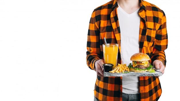 Homme isolé sur blanc tient son déjeuner sur un plateau. Photo Premium