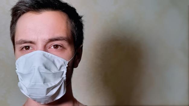 Homme Sur L'isolement Dans Le Masque Photo gratuit
