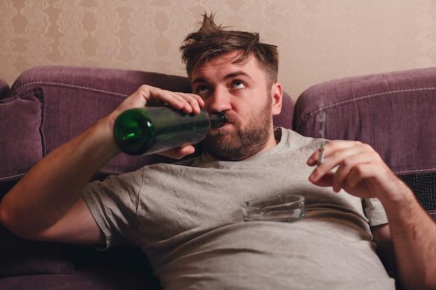 L'homme Ivre Boit De L'alcool. Photo Premium