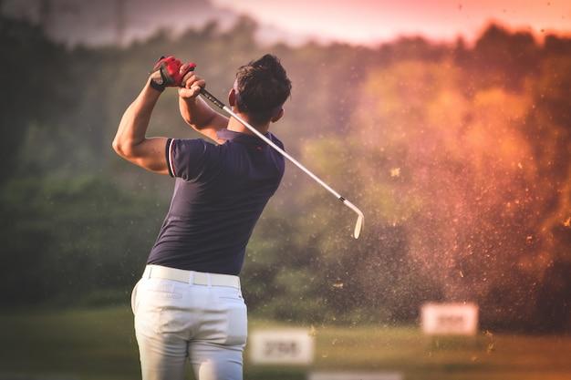 Homme Jouant Au Golf Photo gratuit