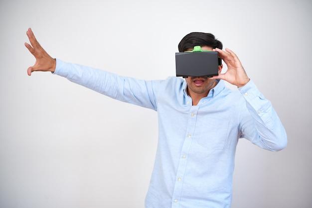 Homme Jouant Au Jeu Vidéo De Réalité Virtuelle Photo gratuit