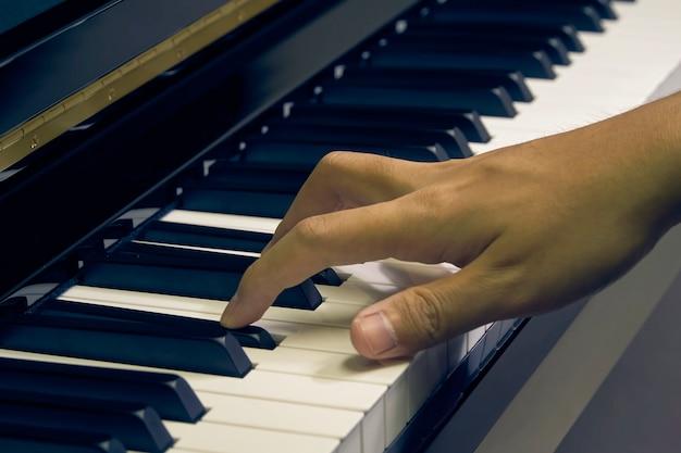 Homme jouant du piano dans le studio avec la main floue Photo Premium