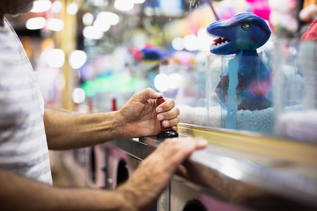 Homme jouant à la machine à griffe Photo gratuit