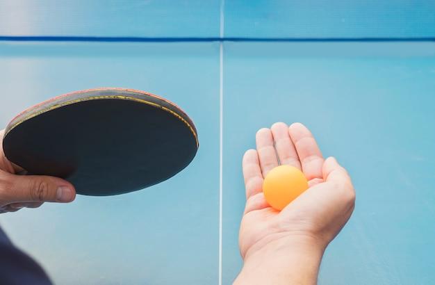 Un homme joue au tennis de table prêt à servir Photo gratuit