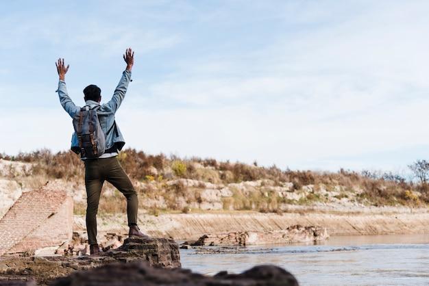 Homme jouissant de la liberté de la nature Photo gratuit