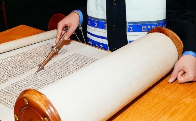 Homme juif vêtu de vêtements rituels de la torah à bar mitzvah Photo Premium