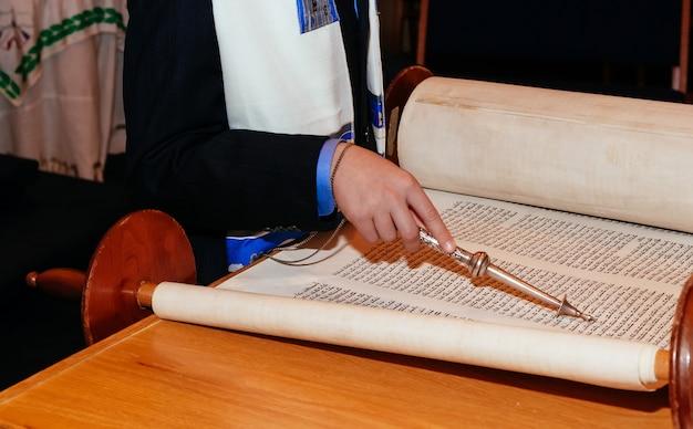 Homme juif vêtu de vêtements rituels Photo Premium