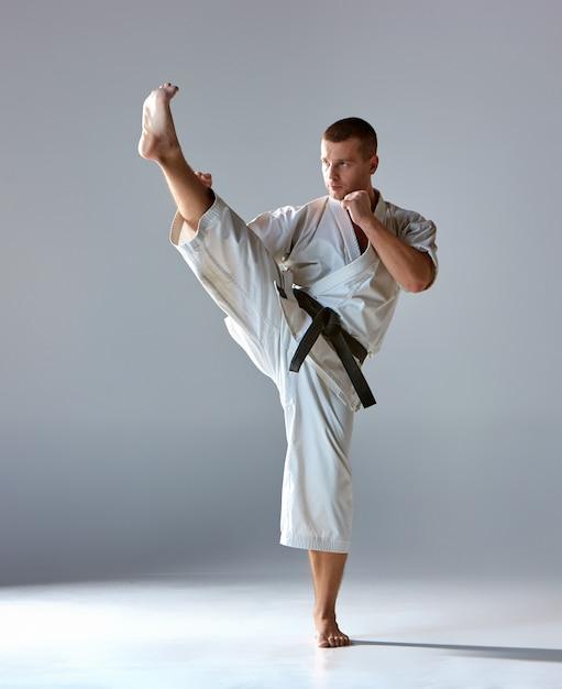Homme En Kimono Blanc Karaté D'entraînement Photo gratuit