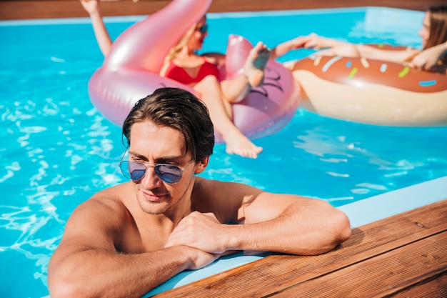 Homme laissé seul dans la piscine Photo gratuit