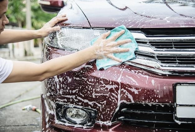 Homme, lavage voiture, utilisation, shampooing Photo gratuit