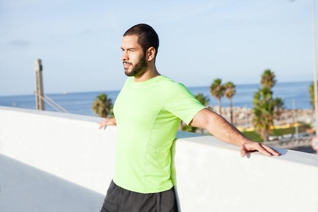 Homme libre pensif jouissant des vacances d'été Photo gratuit