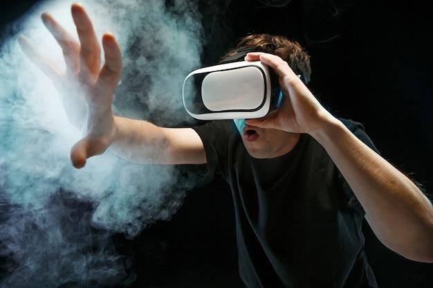 Homme Avec Des Lunettes De Réalité Virtuelle Photo gratuit