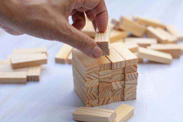 Homme, main, tenue, sommet, blocs bois, bloc bois Photo Premium