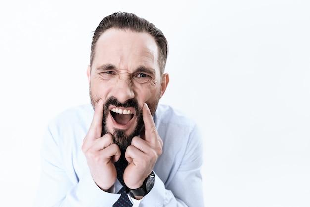 L'homme a mal aux dents il tient ses mains à la mâchoire Photo Premium