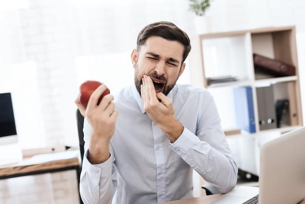 L'homme a mal aux dents. Photo Premium