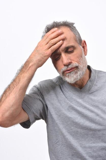 Homme avec mal de tête sur fond blanc Photo Premium