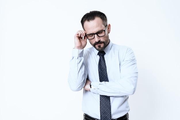 Un homme a mal à la tête. il garde les mains sur la tête. Photo Premium