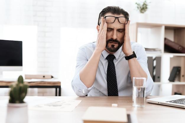 Un homme a mal à la tête. Photo Premium