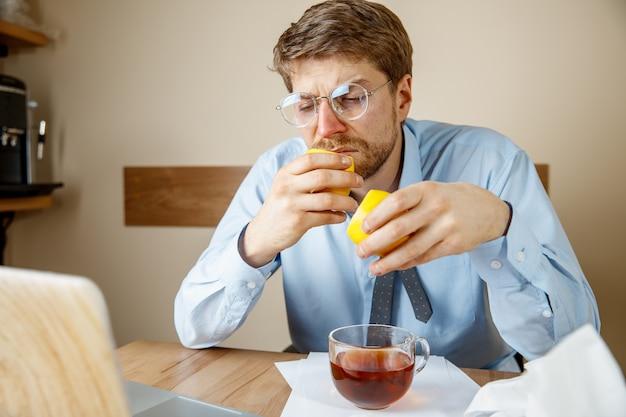 Homme Malade Alors Qu'il Travaillait Au Bureau, Un Homme D'affaires A Attrapé Une Grippe Saisonnière. Photo gratuit