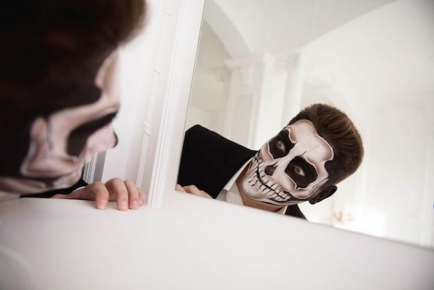 Homme maquillé halloween. dessiner un vampire, un squelette Photo Premium