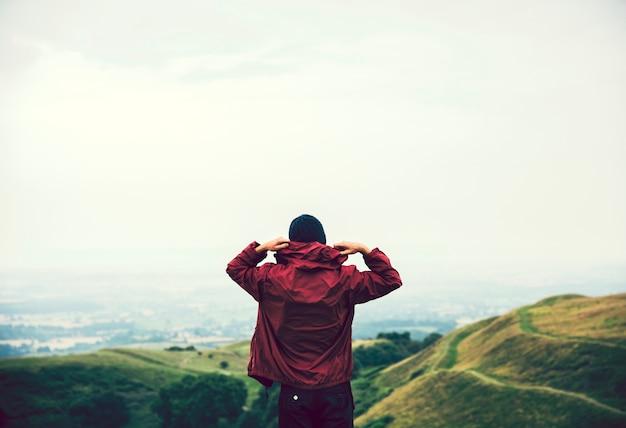 Homme marchant dans les collines Photo Premium