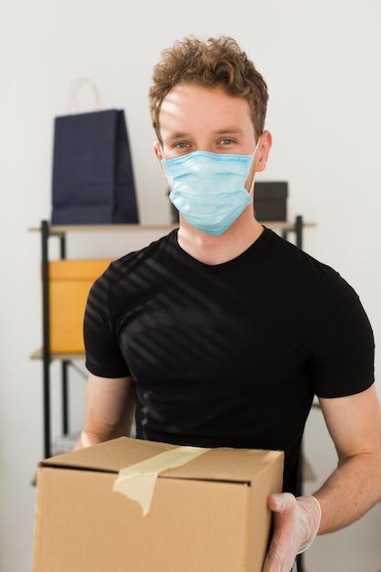 Homme, à, Masque Médical, Tenue, Boîte Photo gratuit