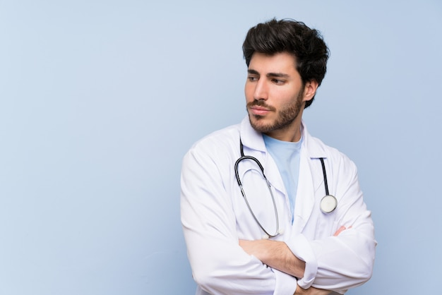Homme médecin debout et pensant une idée Photo Premium