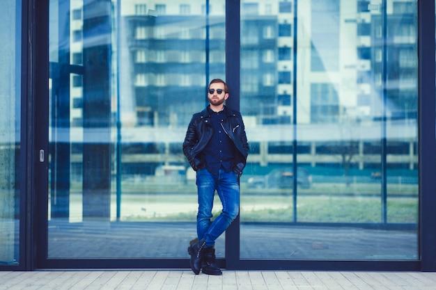 Homme à la mode en jean et veste en cuir Photo Premium
