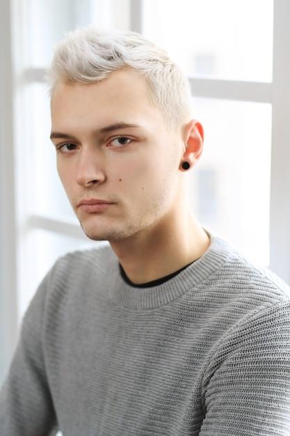 Homme à La Mode Posant Photo gratuit