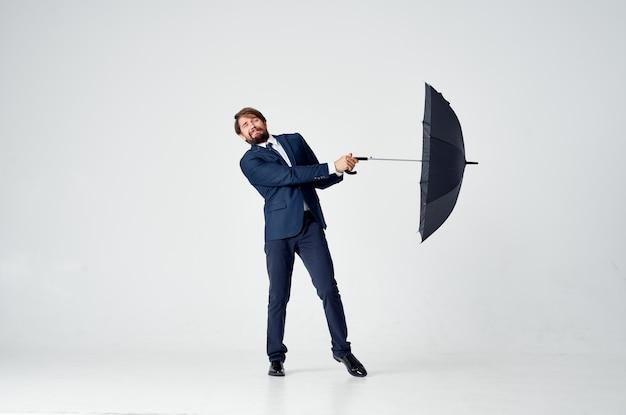Homme Avec Modèle De Costume Classique Bouche Ouverte En Pleine Croissance Sur Fond Clair. Photo De Haute Qualité Photo Premium