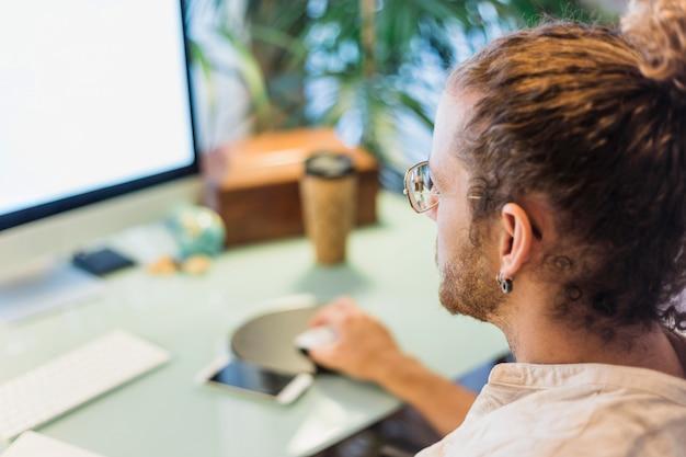 Homme moderne au bureau télécharger des photos gratuitement