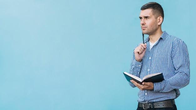 Homme moderne pensant Photo gratuit
