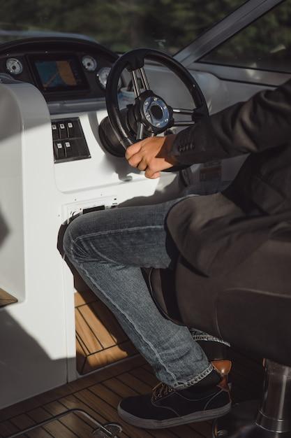 L'homme monte un yacht privé. stockholm, suède Photo gratuit