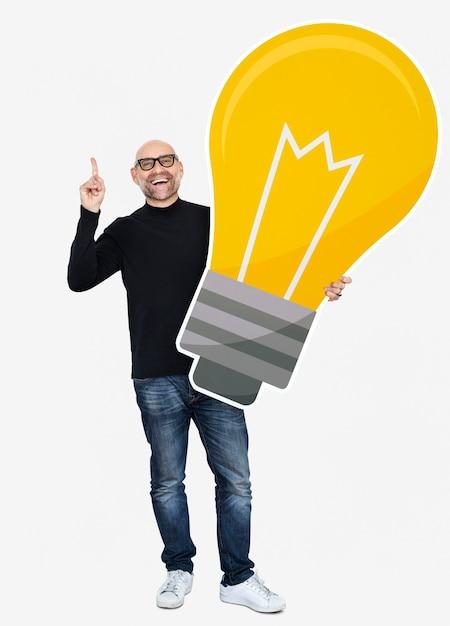 Homme montrant une icône d'ampoule Photo gratuit