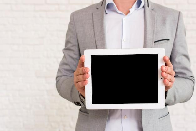 Homme montrant une maquette de tablette Photo gratuit