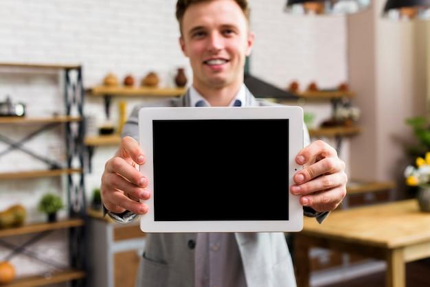Homme Montrant La Tablette à La Maquette De La Caméra Photo gratuit