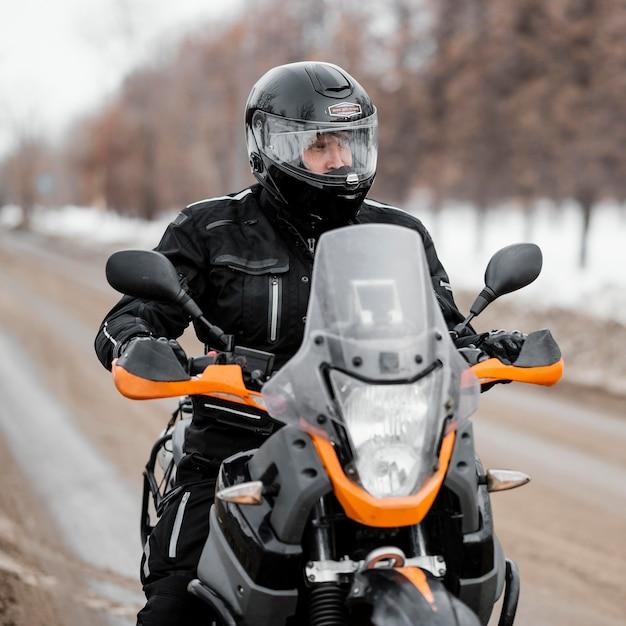 Homme à Moto Le Jour De L'hiver Photo gratuit