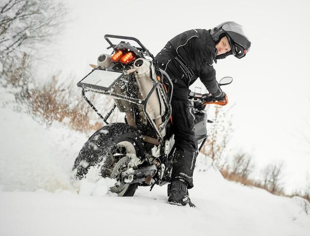 Homme à Moto Le Jour De L'hiver Photo Premium