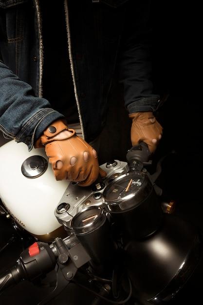 Homme sur une moto de style café racer Photo gratuit