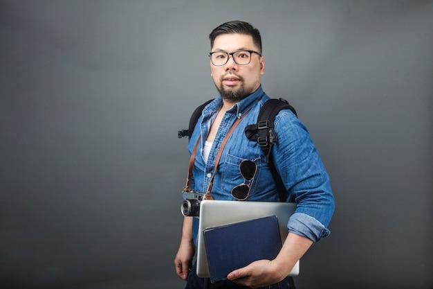 Un homme mûr porte son cartable et son équipement pour voyager. Photo Premium