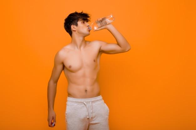 Homme Musclé, Boire De L'eau De Bouteille Photo Premium