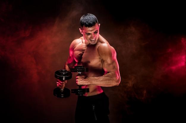 Homme Musclé Concentré, Faire De L'exercice Avec Haltère Photo Premium
