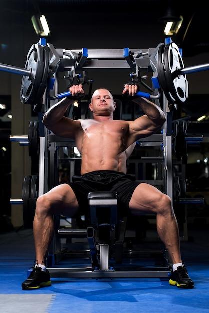 Homme musclé dans une salle de sport Photo gratuit